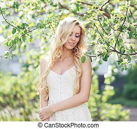 carino, donna, con, capelli ricci, in, fioritura, giardino