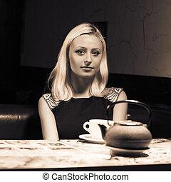 carino, donna, in, caffè