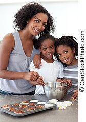 carino, fratelli, con, loro, madre, fare biscotti
