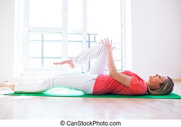 carino, giovane, fare, yoga, esercizio, a casa