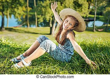 carino, giovane ragazza, sitiing, su, il, fresco, prato verde