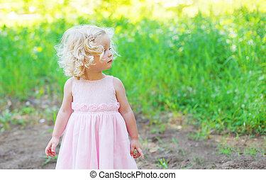 carino, piccola ragazza, bambino, con, capelli ricci, il portare, uno, vestito colore rosa, profilo, sopra, estate, fondo