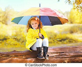 carino, piccola ragazza, bambino, con, colorito, ombrello, in, soleggiato, autunno, parco