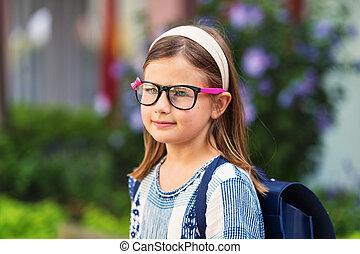 carino, poco, 9, vecchio anno, ragazza, camminare, indietro scuola, bicchieri indossare, blu, zaino