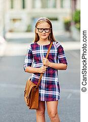 carino, poco, 9, vecchio anno, ragazza, camminare, indietro scuola, bicchieri indossare, vestito plaid, e, marrone, sacco cuoio