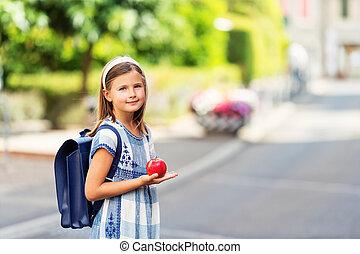 carino, poco, 9, vecchio anno, ragazza, camminare, indietro scuola, il portare, blu, vendemmia, zaino, presa a terra, mela rossa
