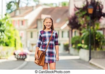 carino, poco, 9, vecchio anno, ragazza, camminare, indietro scuola, il portare, vestito plaid, e, marrone, sacco cuoio