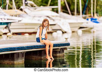 carino, poco, capretto, ragazza, riposare, vicino, il, lago, seduta, su, banchina