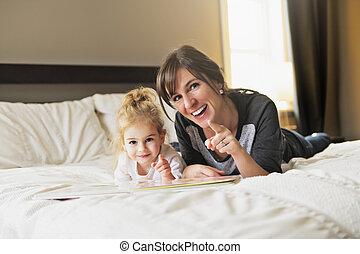 carino, poco, lei, madre, libro, camera letto, lettura ragazza