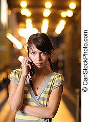 carino, ragazza adolescente, con, telefono cellulare, su, è illuminato brillantemente, strada