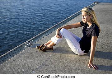 carino, ragazza adolescente, seduta, su, bacino, vicino, acqua, osservare