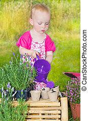 carino, ragazza bambino, innaffiando piante