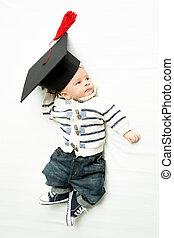 carino, ragazzo, letto, graduazione, bambino, cappello, dire bugie