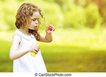 carino, riccio, piccola ragazza, soffiando sapone gorgoglia, fuori, in, estate, d