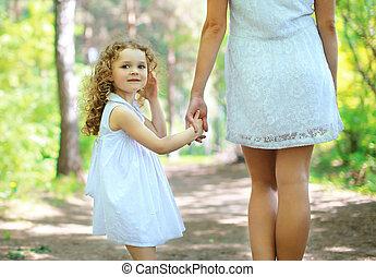carino, riccio, ragazza, camminare, con, mamma