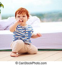 carino, seduta, decking, rosso, bambino primi passi bambino