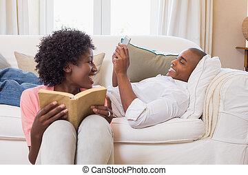 carino, smartphone, rilassante, coppia, libro, usando,...
