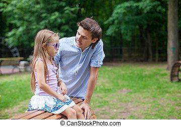 carino, suo, figlia, seduta, legno, padre, giovane, sedia