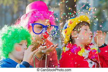 carnaval, déguisement, mère, elle, jouer, confetti, enfants