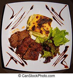carne, lasanha, com, salada, e, fritado, carne