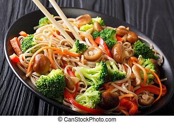 carote, soba, shiitake, funghi giapponesi, peperoni, close-up., broccolo, tagliatelle, orizzontale