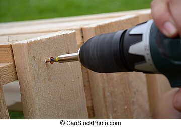 Carpenters screwed into wood board - Tischler schraubt mit...