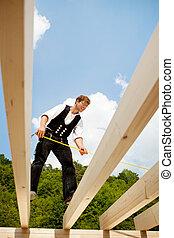 carpentiere, presa, misure, cima, il, tetto