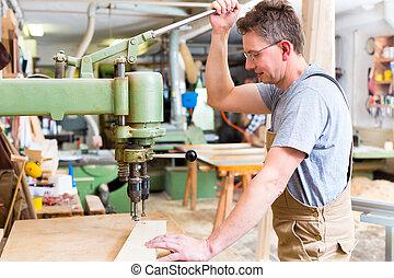 carpentiere, usando, trapano elettrico, in, carpenteria