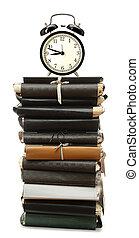 carpetas, alarma, papel, pila, reloj