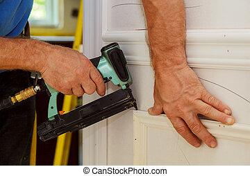 carpinteiro, arma, prego, brad, usando, moldagem