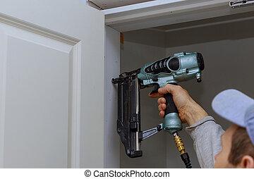 carpinteiro, arma, usando, prego, instalação, porta, ...