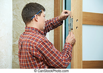 carpinteiro, em, cadeado porta, instalação