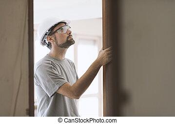 carpintero, instalación, un, puerta, jamb, en casa
