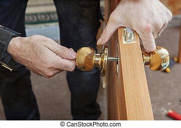 carpintero, installs, manija, con, un, cerradura, en, el,...