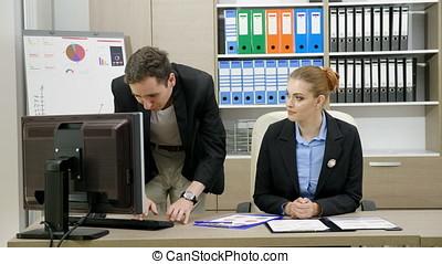 carrello, colpo, di, businesspeople, a, uno, scrivania, ufficio, parlare, e, analizzare, finanziario, tabelle