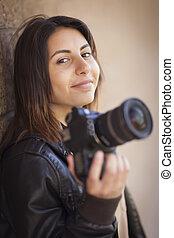 carrera mezclada, adulto joven, hembra, fotógrafo, teniendo cámara