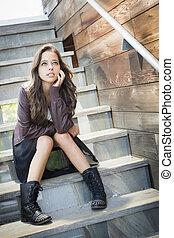 carrera mezclada, adulto joven, retrato de mujer, en, escalera