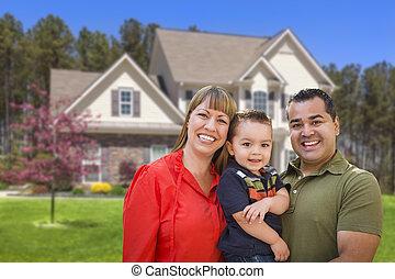 carrera mezclada, familia joven, delante de, casa