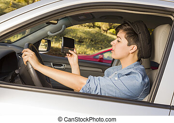 carrera mezclada, mujer, texting, y, conducción