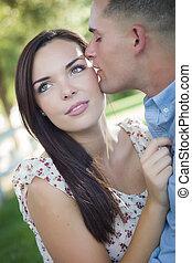 carrera mezclada, par romántico, retrato, en el parque