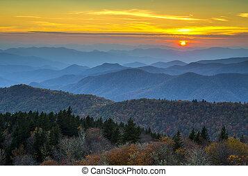 carretera ajardinada de cumbre azul, otoño, ocaso, encima, montañas apalaches, capas, cubierto, en, follaje de la caída, y azul, neblina