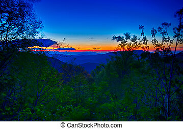 carretera ajardinada de cumbre azul, verano, montañas apalaches, ocaso