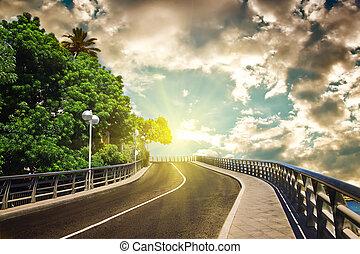carretera, con, cielo nublado, y, luz del sol