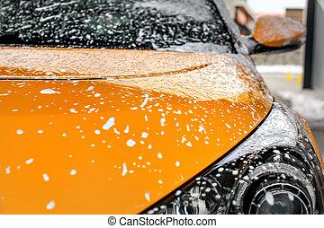 carro amarelo, frente, coberto, com, shampoo, espuma, quando, lavado, em, carwash.