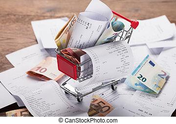 carro de compras, llenado, con, recibos, y, dinero