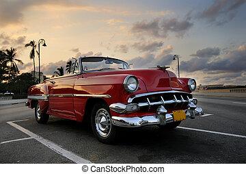 carro vermelho, em, havana, pôr do sol