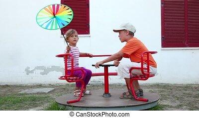 carrousel, enfants, rotation, deux