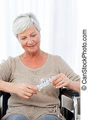 carrozzella, anziano, pillole