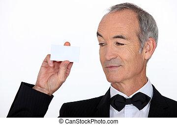 cartão, sênior, segurando, terno negócio