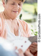 cartões, mulher, aposentado, tocando